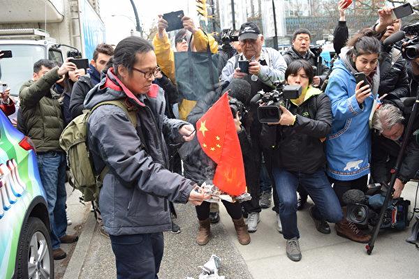 3月6日,孟晚舟再度出庭,温哥华社会活动家杨匡在法庭外焚烧中共五星血旗,抗议中共与华为监控民众。(唐风大纪元)