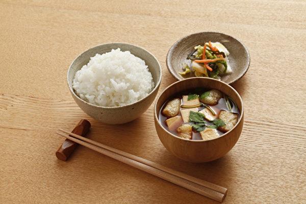 遠離腦中風,重要的不是吃對食物,而是「飲食有節」,有5個重點。(Shutterstock)