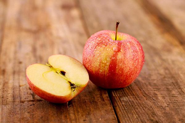苹果皮中的营养比果肉更丰富,含有大量的苹果多酚和膳食纤维。(Shutterstock)