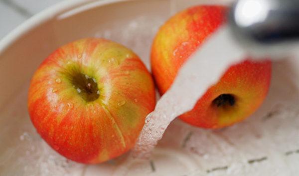 清洁苹果农药的秘诀,就是用流动的水冲洗,最好同时用软毛刷来刷果皮。(Shutterstock)