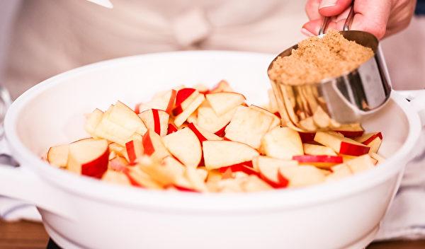 苹果皮没有果肉好吃,为了吃起来更好入口,可以切块后再烹调。(Shutterstock)