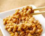 健康食物第一名是傳統的日本食品「納豆」,其中的納豆激酶,有降低心肌梗塞、腦中風風險的功效。 (Shutterstock)