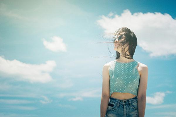 晒太阳是补充维生素D的最好方法。阳光照射皮肤时,可将体内的胆固醇转化为维生素D。(Shutterstock)