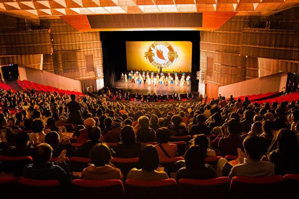 2018年2月22日晚間,美國神韻國際藝術團在台北國父紀念館進行首場演出,演員謝幕時,全場爆滿觀眾報以熱烈掌聲。(陳柏州/大紀元)