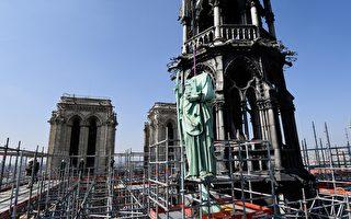 圣母院大火 塔顶十二门徒铜像意外逃过一劫