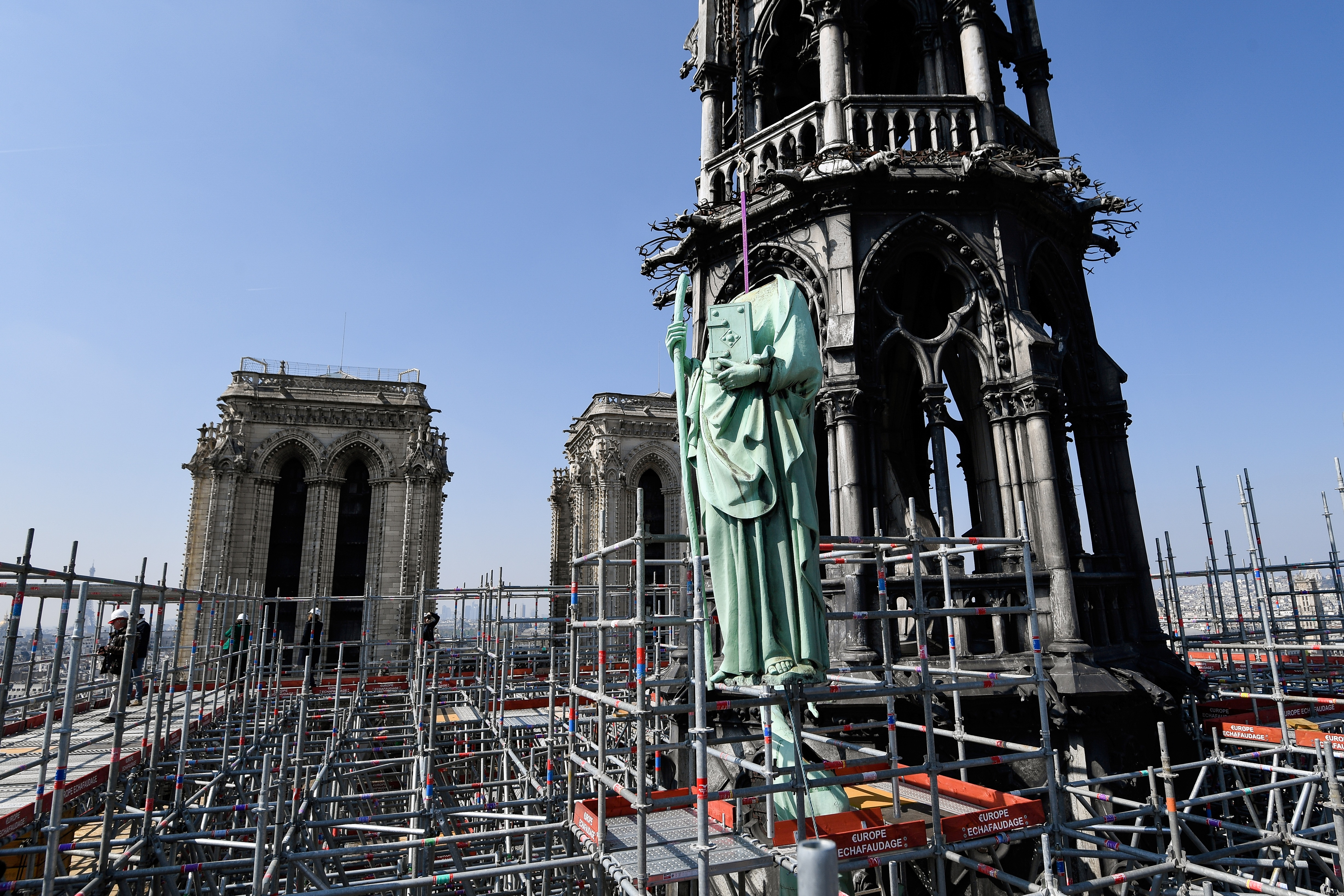聖母院大火 塔頂十二門徒銅像意外逃過一劫