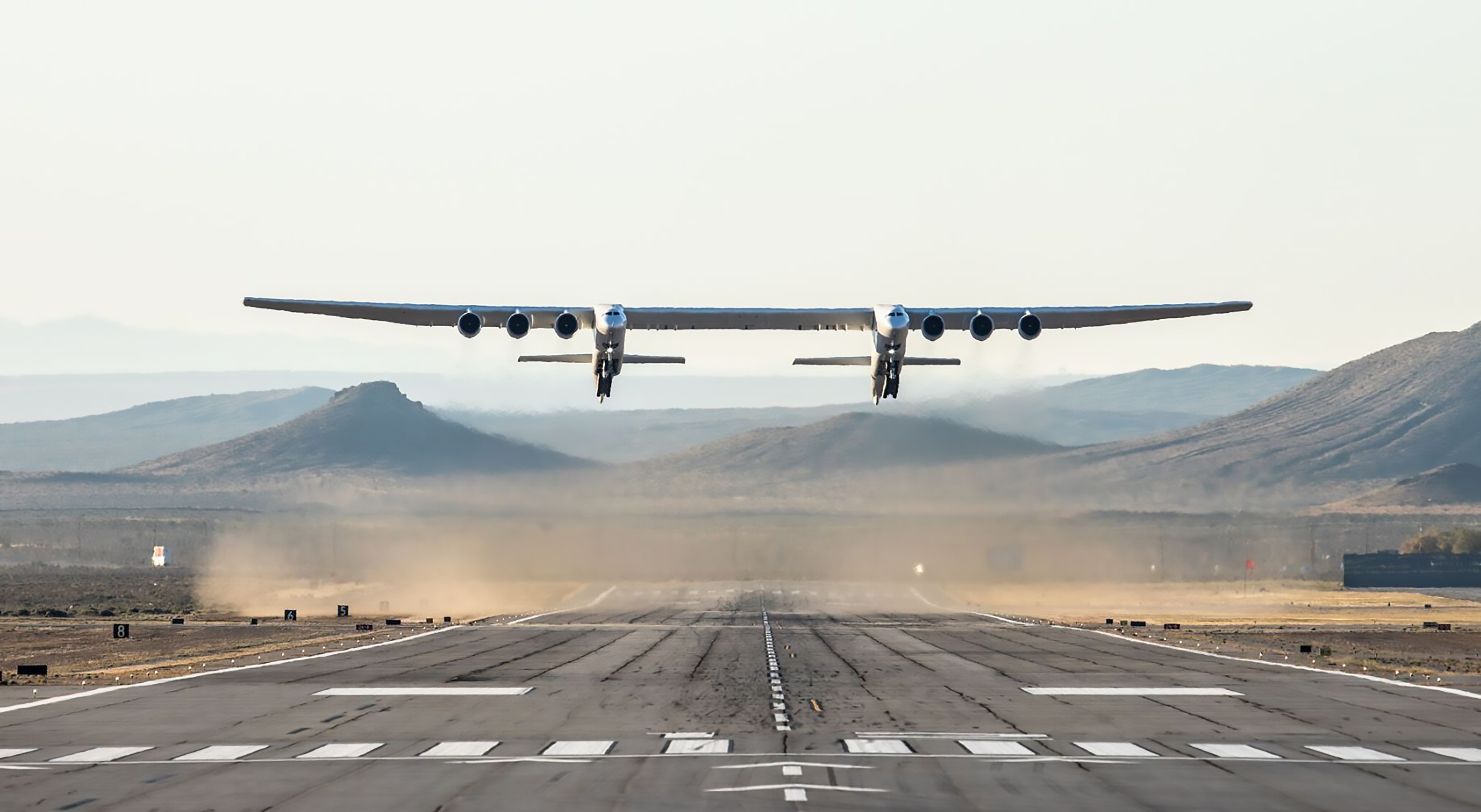 4月13日早上,世界上最大的、獨一無二的飛機Stratolaunch在美國加州莫哈韋(Mojave)沙漠上完成首次試飛。(Handout / Stratolaunch Systems Corp / AFP)