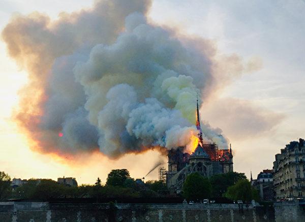 巴黎聖母院大教堂大火。(Fouad Maghrane/AFP)