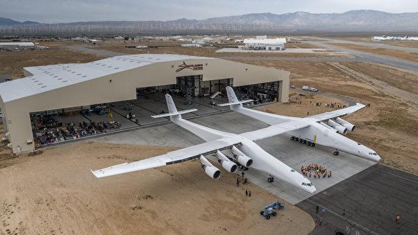 世界上最大的飛機Stratolaunch重達500,000磅,配備兩個機身,比最大的波音747還大。它的翼展長達385呎,超過足球場的長度。(April Keller / Stratolaunch Systems Corp / AFP)