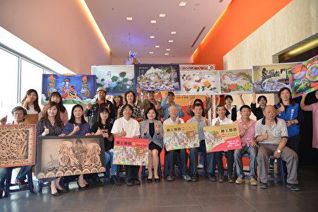 神工传艺特展开幕典礼 县长张丽善(前排左5)和与会的艺师及学生大合照。