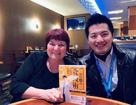 """招名威博士2019年1月出版新书""""对抗PM2.5的食践术"""",并亲自赠书给远在美国纽泽西州的博士班指导老师Gordon教授。"""
