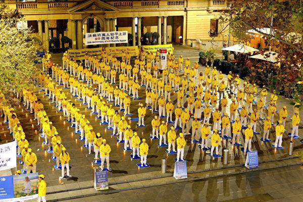 4月24日晚間,悉尼部份法輪功學員在海關大樓舉行燭光悼念。(安平雅/大紀元)