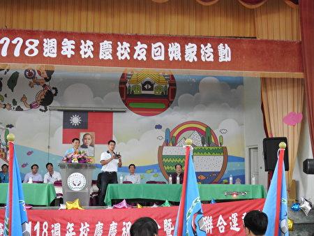 在布袋国小118周年校庆开幕典礼中,邀请布袋国中校长吴敏男(中右)当场操作无人空拍机,希望把数位科技带进偏乡校园。
