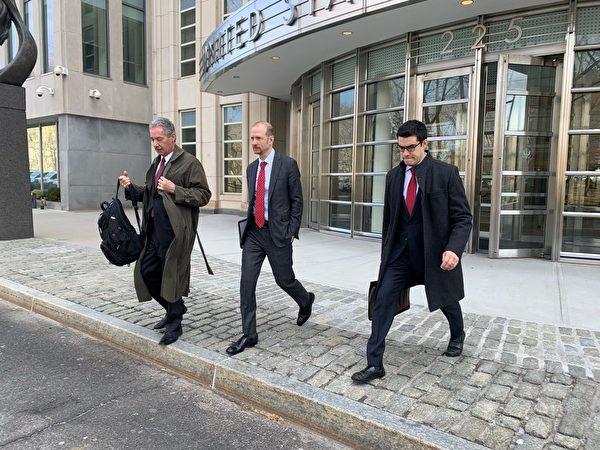 代表控方出庭的助理檢察官所羅門(左一)與團隊成員離開法庭。(蔡溶/大紀元)