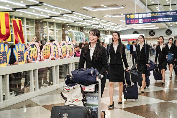 2019年4月1日晚上,神韻世界藝術團抵達台灣高雄小港國際機場,受到粉絲熱烈歡迎,神韻將於4月3日到4月30日展開28場演出,帶給台灣觀眾純善純美的藝術饗宴。(鄭順利/大紀元)