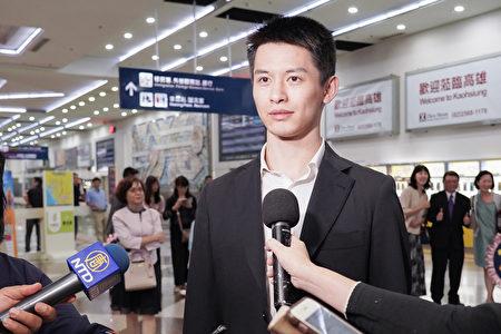 2019年4月1日晚上,神韻世界藝術團抵達台灣高雄小港國際機場,受到粉絲熱烈歡迎。主要領舞演員陳厚任接受媒體採訪。(鄭順利/大紀元)