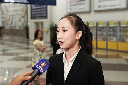 2019年4月1日晚上,神韻世界藝術團抵達台灣高雄小港國際機場,受到粉絲熱烈歡迎。神韻藝術家杜增美接受媒體採訪。(鄭順利/大紀元)