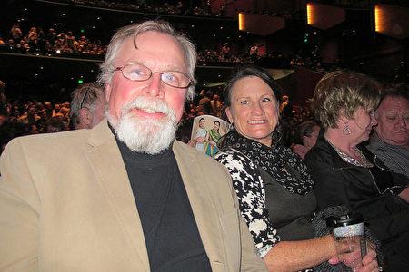 4月2日完,前美國少將Kenneth Norton和太太Sherry Norton女士和一起觀看了神韻在西雅圖的演出。(麥蕾/大紀元)