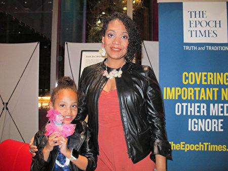 4月2日晚,珠寶設計師Etlir Gadison帶著女兒觀看了神韻在西雅圖的演出。(麥蕾/大紀元)