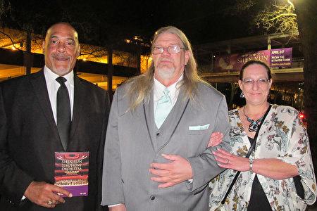 4月2日,Paul DuBose先生(中)和太太一起觀看了神韻在西雅圖的演出,他們購買了神韻光盤送給司機(左)。(麥蕾/大紀元)