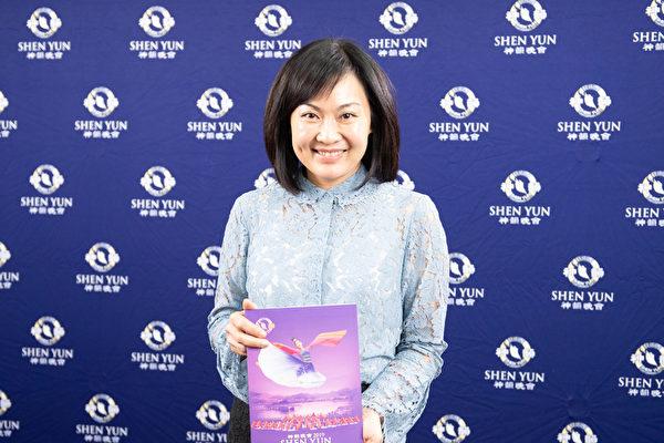 2019年4月3日晚間,高雄市議員陳麗娜觀賞神韻世界藝術團在高雄市文化中心的全台首場演出。(羅瑞勳/大紀元)