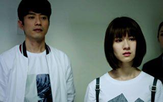 华剧《一千个晚安》剧情催泪,张栋梁(左)与连俞涵(右)丧礼戏憋泪拍摄。
