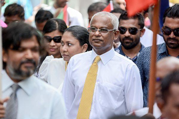 馬爾代夫新當選的總統索利(Ibrahim Mohamed Solih,圖中)上任後一改前總統阿卜杜拉‧亞明(Abdulla Yameen)的親中路線,轉向其傳統盟友印度。(AHMED SHURAU/AFP/Getty Images)