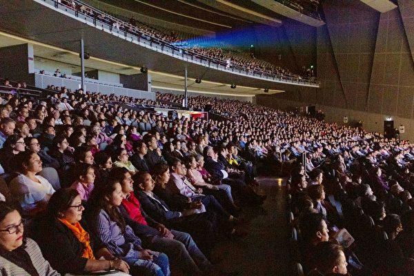 2019年4月9日晚,在墨西哥普埃布拉大都會劇院(Auditorio Metropolitano),神韻巡迴藝術團的精彩演出,吸引了三千多人前來觀賞。(Ramon Reyna Herrmann/大紀元)