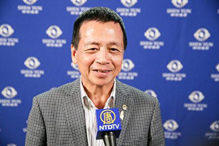 崇義集團總裁總裁邱文彬觀賞神韻世界藝術團在台北國父紀念館的演出。(白川/大紀元)