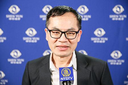 2019年4月12日晚上,綠能公司總經理劉佳鈞觀賞神韻世界藝術團在台北國父紀念館的演出。(白川/大紀元)