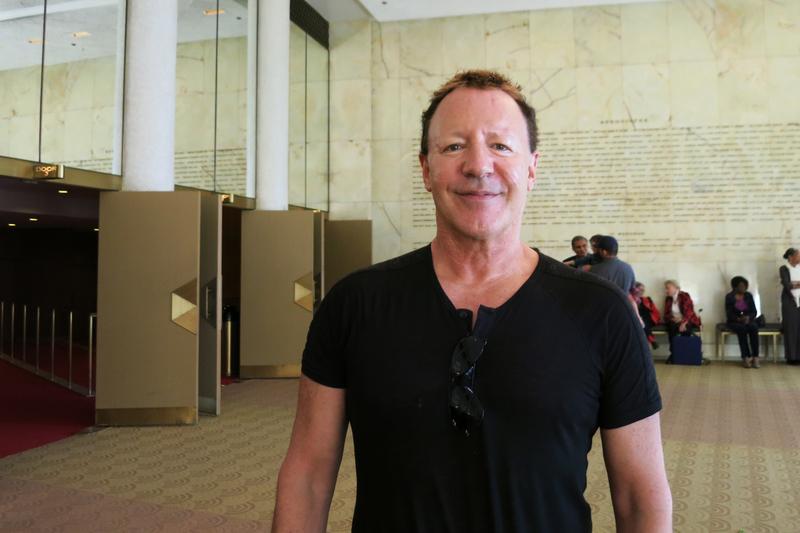 4月13日下午,曾參與製作奧斯卡獲獎紀錄片的荷里活製片人Phillip Goldfine觀看了神韻國際藝術團在洛杉磯音樂中心多蘿西・錢德勒劇院的演出。(任一鳴/大紀元)