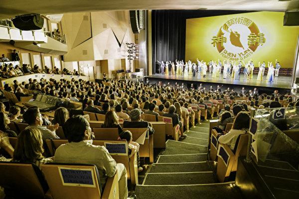 2019年4月14日晚,神韻巡迴藝術團在墨西哥克雷塔羅的克雷塔羅大都會劇院(Teatro Metropolitano Queretaro)的最後一場演出圓滿落幕。(文琍/大紀元)