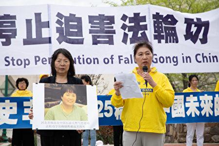 來自河北廊坊的法輪功學員於靜悲痛地講述了摯友楊曉輝身亡的慘劇。(林樂予/大紀元)