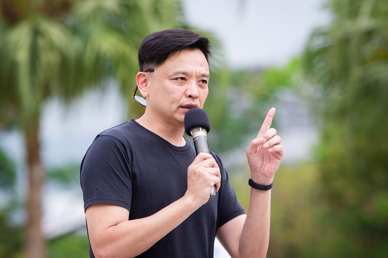 台灣部份法輪功學員4月21日在台北市民廣場舉辦「紀念中國大陸法輪功學員425和平上訪20周年」活動,台北市議員洪健益到場聲援,要求中共停止迫害法輪功。(陳柏州/大紀元)