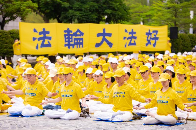 台灣部份法輪功學員4月21日在台北市民廣場舉辦「紀念中國大陸法輪功學員425和平上訪20周年」活動,圖為法輪功學員演煉五套功法。(陳柏州/大紀元)