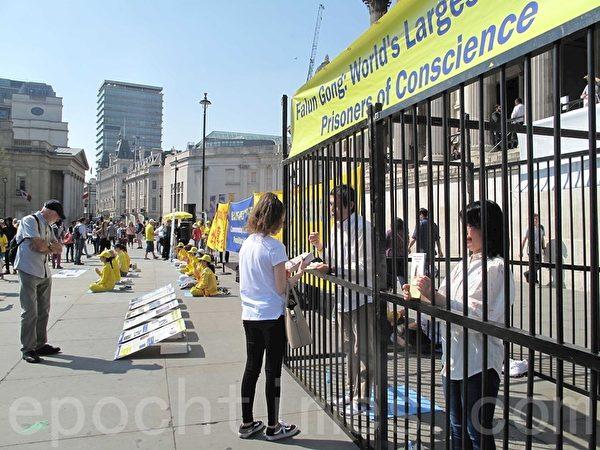 2019年4月21日,英國法輪功學員在位於倫敦市中心的特拉法加廣場(Trafalgar Square)北平台集體煉功、發傳單、講真相、徵簽反迫害,紀念「四・二五」和平上訪二十周年。(方元/大紀元)