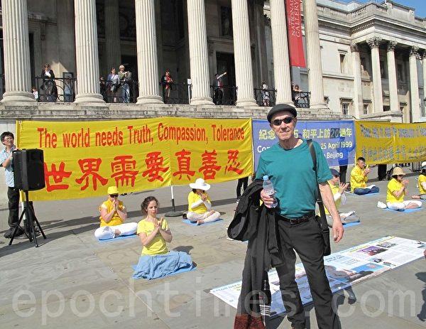 美國音樂人大衛・哈里斯(David Harris)在特拉法加廣場(Trafalgar Square)北台階認真了解真相後由衷讚歎法輪功。(方元/大紀元)