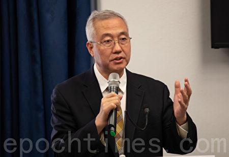 「追查國際」主席汪志遠在現場播放了取證錄音,令與會者震驚。(林樂予/大紀元)
