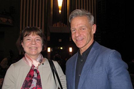 4月26日,英國媒體界精英Zachary Leonard偕姐姐Nancy Fray觀看了神韻在倫敦的演出。(麥蕾/大紀元)