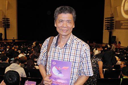 陶藝師蔡正勝在台南文化中心觀賞了神韻演出。(龍芳/大紀元)
