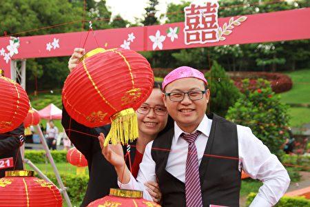 夫妻彼此送上幸福的信物,誓言永遠相愛相守偕老。