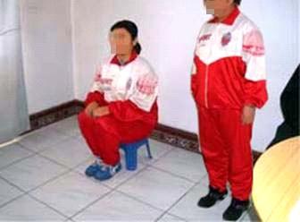 中共酷刑演示:坐小板凳。(明慧網)