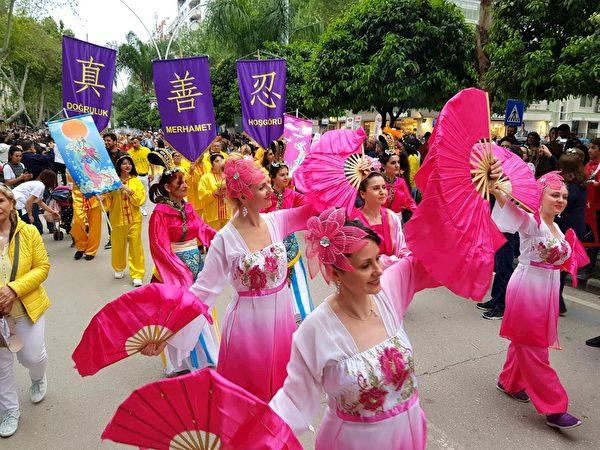 法輪功學員表演扇子舞。(明慧網)