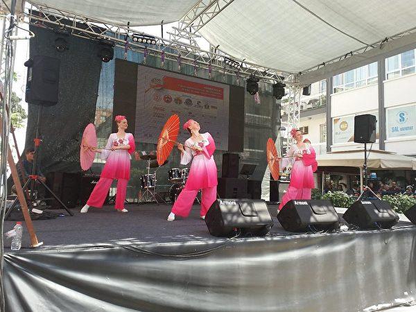 來自俄國的法輪功學員在表演舞蹈。(明慧網)
