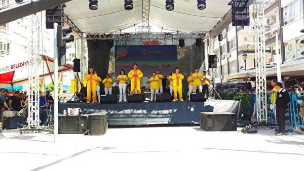 法輪功學員在舞台上表演功法。(明慧網)