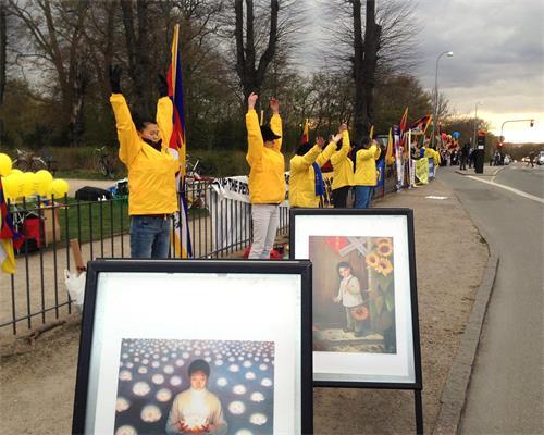 法輪功學員在哥本哈根動物園前展示功法表演,傳遞「法輪大法好」,「停止迫害法輪功」的呼聲。(明慧網)