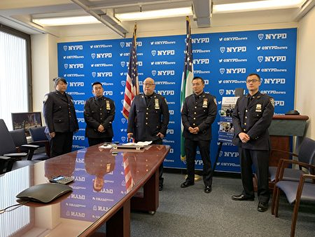 徐志堅警官(中)昨日在紐約警察總局宣布,警察局首個中文臉書(nypdxinwen)網頁正式開通,歡迎民眾加入。