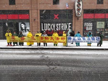 圖為2018年3月20日,風雪中法輪功學員在紐約中領館前打橫幅。(大紀元)
