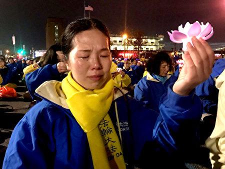 父親韓俊清疑被活摘器官的法輪功學員韓雨,在夜悼中淚流滿面。