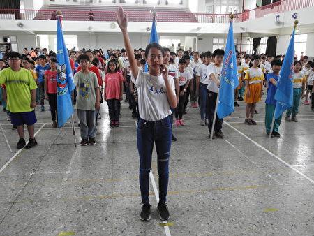 在布袋国小118周年校庆开幕典礼中,由六年二班周妤同学(如图)代表运动员宣誓。